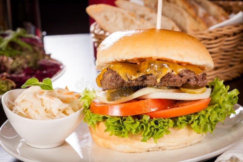 Cheeseburger с slaw Коул стоковое изображение rf