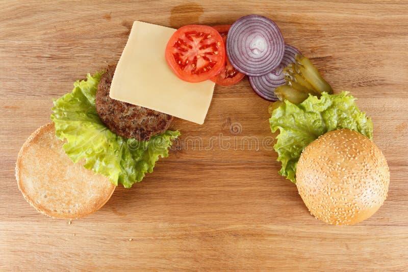 Cheeseburger américain traditionnel La viande, le petit pain et les légumes se ferment  images libres de droits