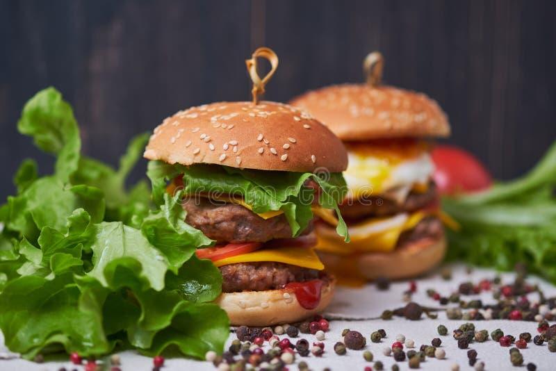 Cheeseburger americano clásico grande dos fotografía de archivo
