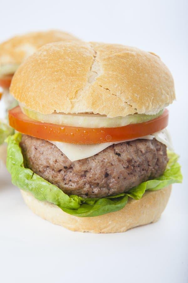 Cheeseburger americano classico dell'hamburger casalingo gigante isolato sopra immagini stock libere da diritti