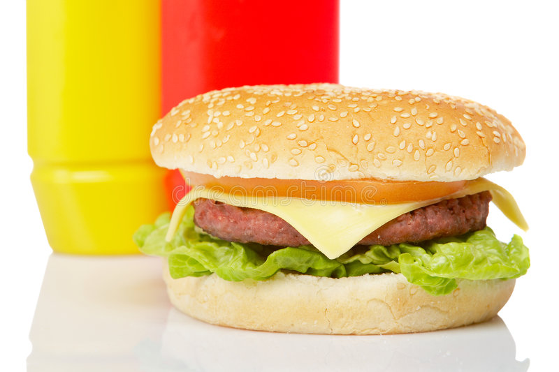 Cheeseburger avec de la moutarde et le ketchup images stock
