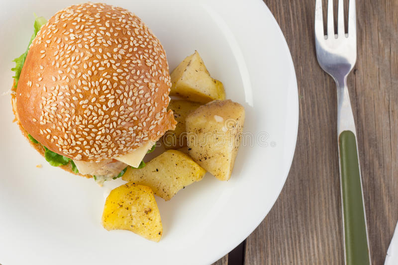 Cheeseburger avec la vue supérieure de vedges de dinde et de pomme de terre photos libres de droits