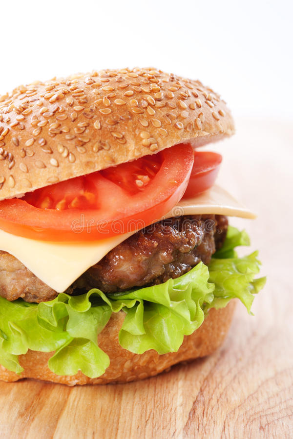 Cheeseburger com tomates e alface fotografia de stock