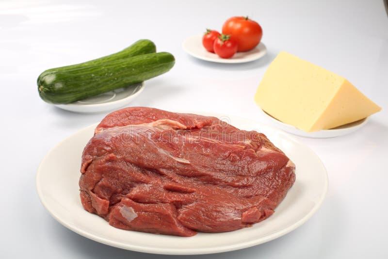 Cheeseburger, cotoletta del pollo, bacon, pomodori e fette di formaggio, vestiti con salsa ed insalata verde per un menu del rist fotografia stock libera da diritti
