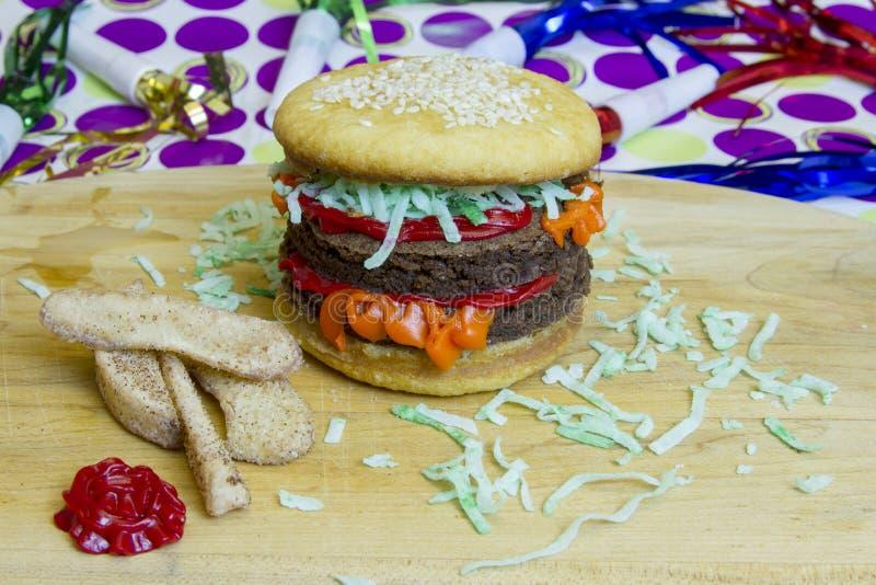 Cheeseburger de double d'imposteur de dessert et fritures et ketchu de pomme photos stock