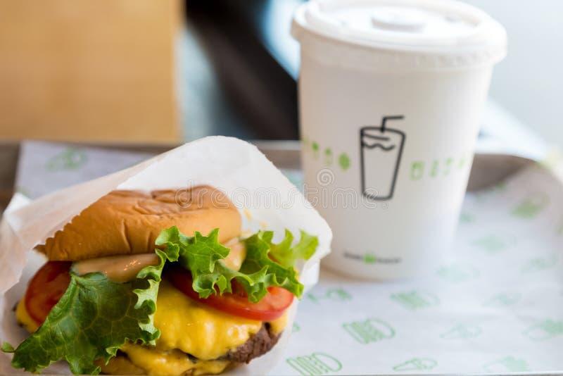 Cheeseburger di Shack di scossa immagini stock