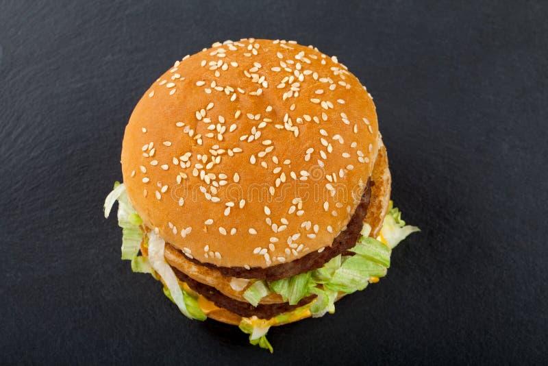 Cheeseburger doble delicioso Visión superior imagenes de archivo