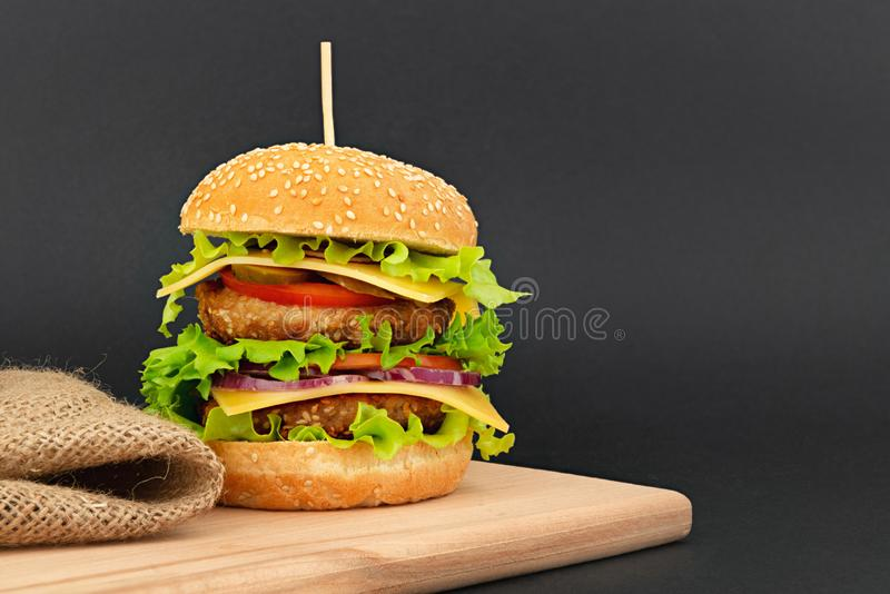 Cheeseburger dobro grande imagens de stock royalty free