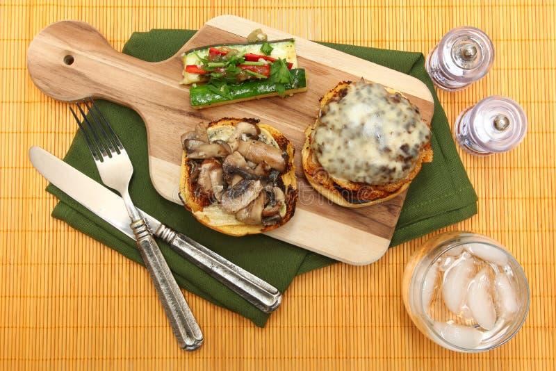 Cheeseburger du Gouda et courge d'été Slaw images stock