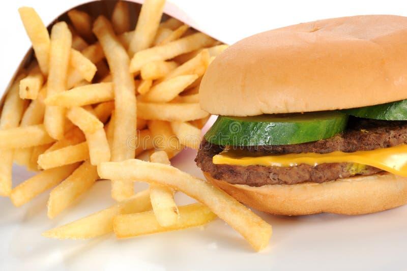 Cheeseburger e fritadas foto de stock