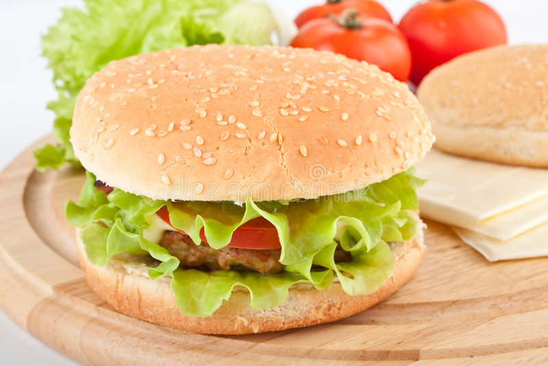 Cheeseburger e ingredientes imagens de stock royalty free
