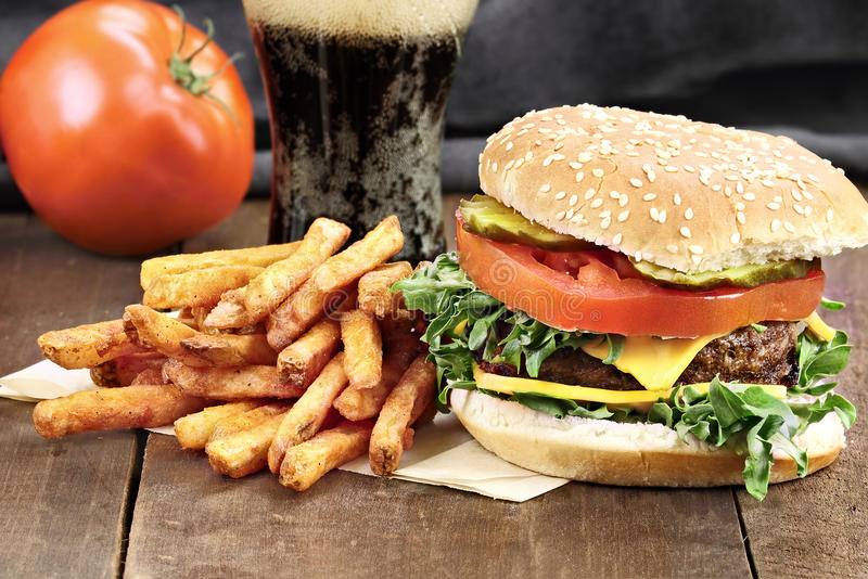 Cheeseburger et fritures images stock
