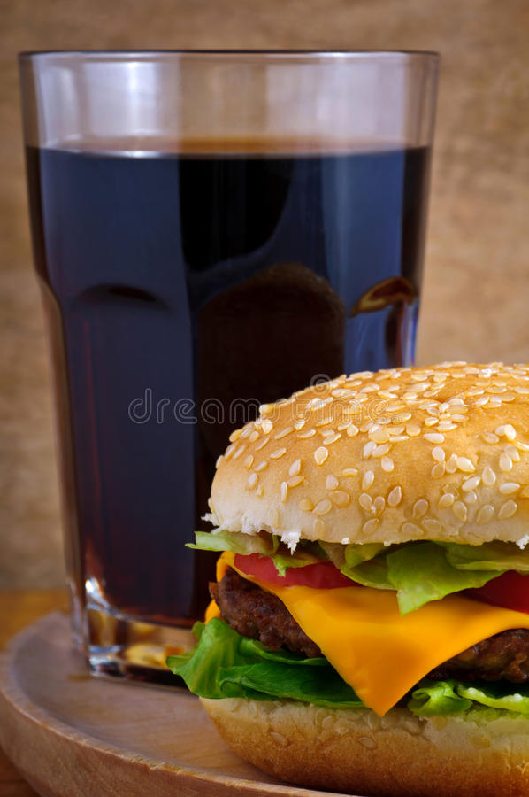 Cheeseburger et kola images libres de droits