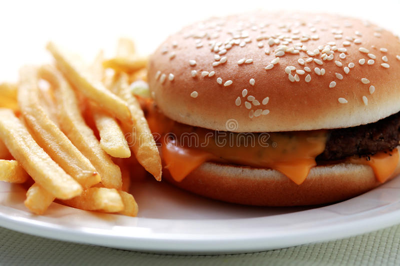 Cheeseburger et pommes frites photo stock