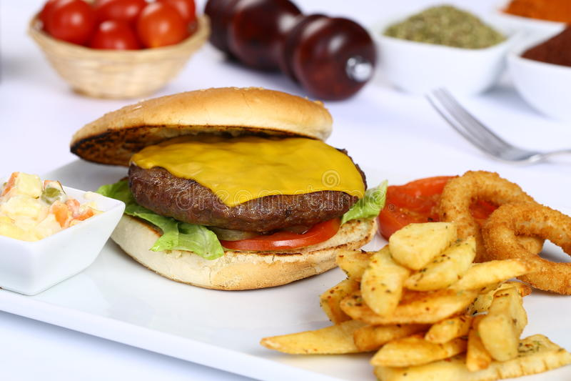 Cheeseburger i Francuza dłoniaki obraz stock