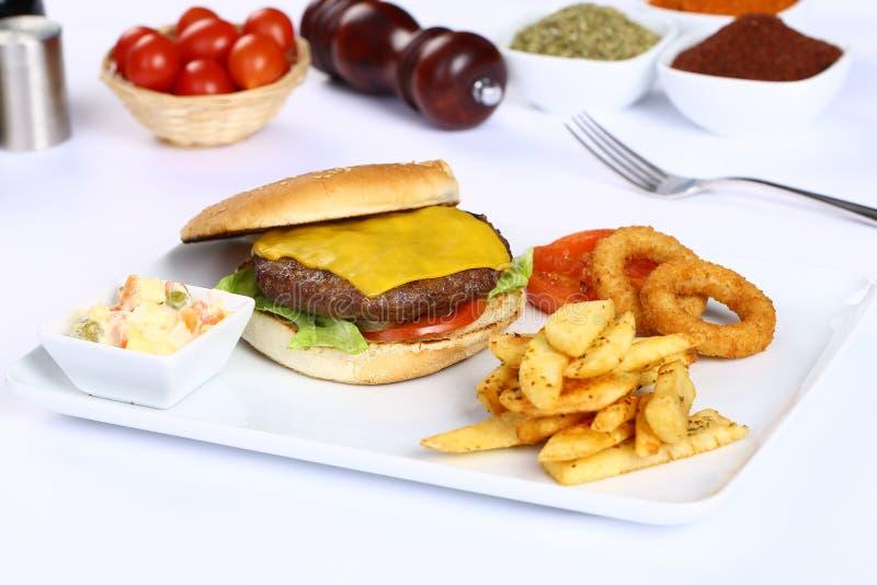Cheeseburger i Francuza dłoniaki fotografia royalty free