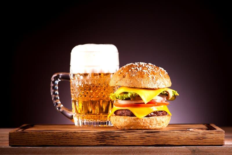 Cheeseburger i piwo obraz stock