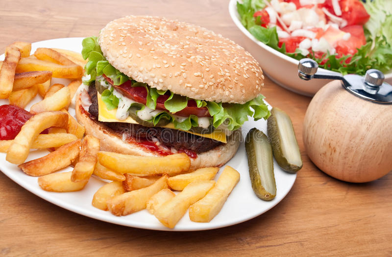 Cheeseburger met frieten royalty-vrije stock foto