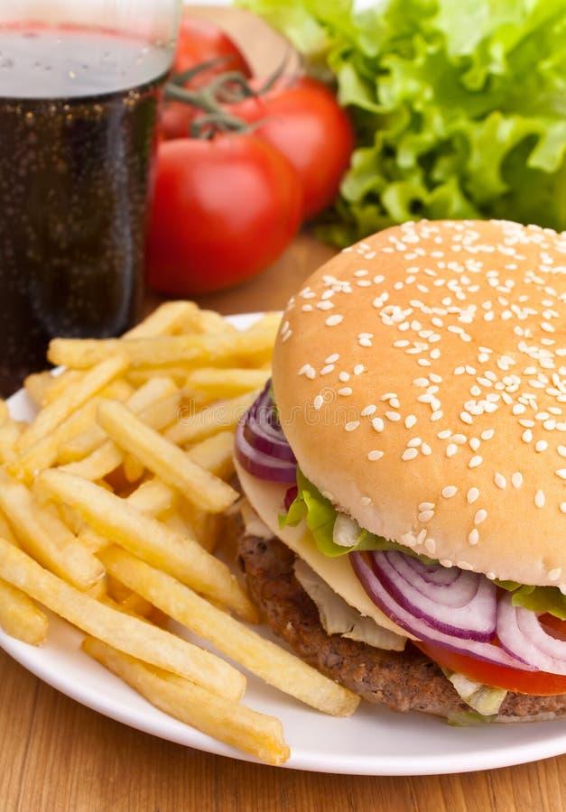 Cheeseburger met frieten stock fotografie
