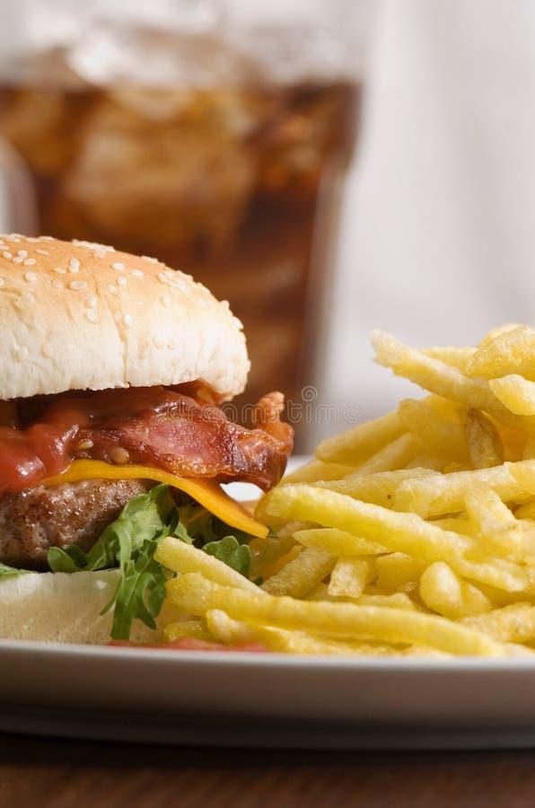 Cheeseburger met gebraden gerechten royalty-vrije stock foto
