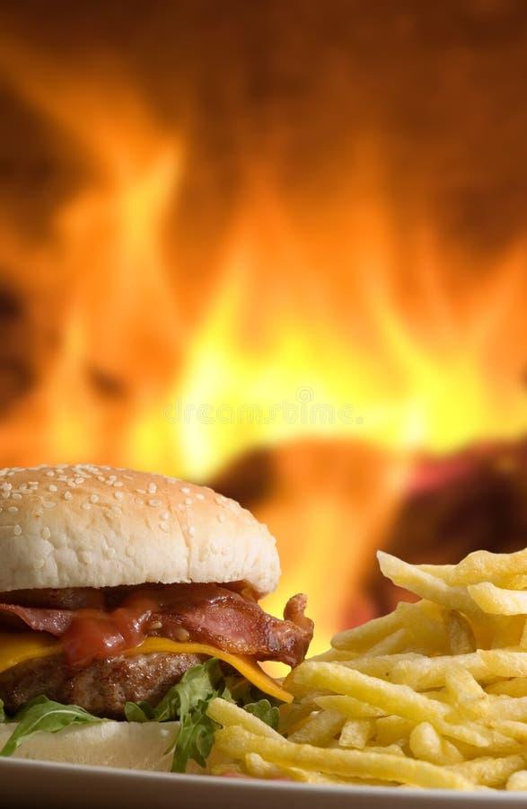 Cheeseburger met gebraden gerechten royalty-vrije stock fotografie