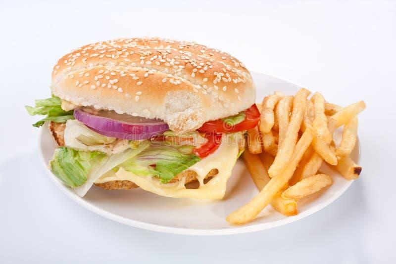 Download Cheeseburger Met Gebraden Gerechten En Een Drank Stock Afbeelding - Afbeelding bestaande uit gesmolten, burgers: 10777717