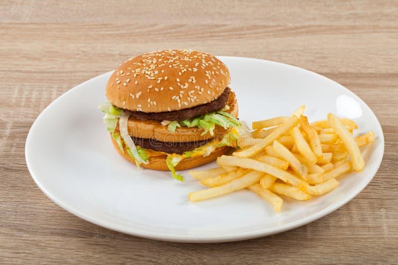 Cheeseburger met gebraden gerechtencombo royalty-vrije stock afbeeldingen