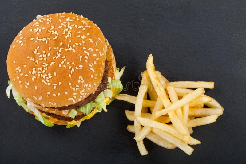 Cheeseburger met gebraden gerechtencombo stock foto