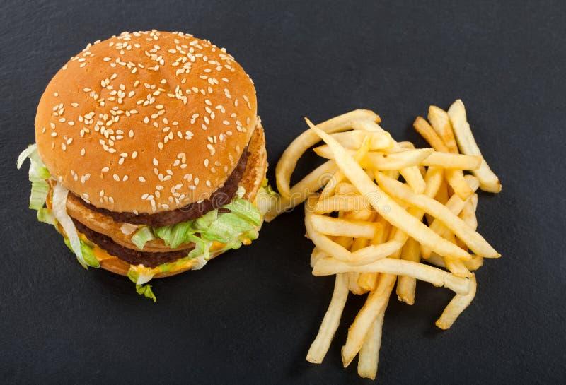 Cheeseburger met gebraden gerechtencombo royalty-vrije stock foto's