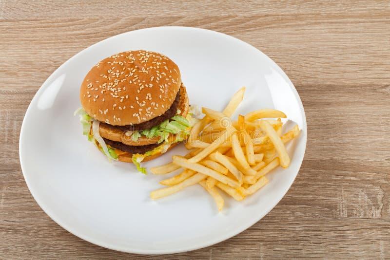 Cheeseburger met gebraden gerechtencombo royalty-vrije stock afbeelding