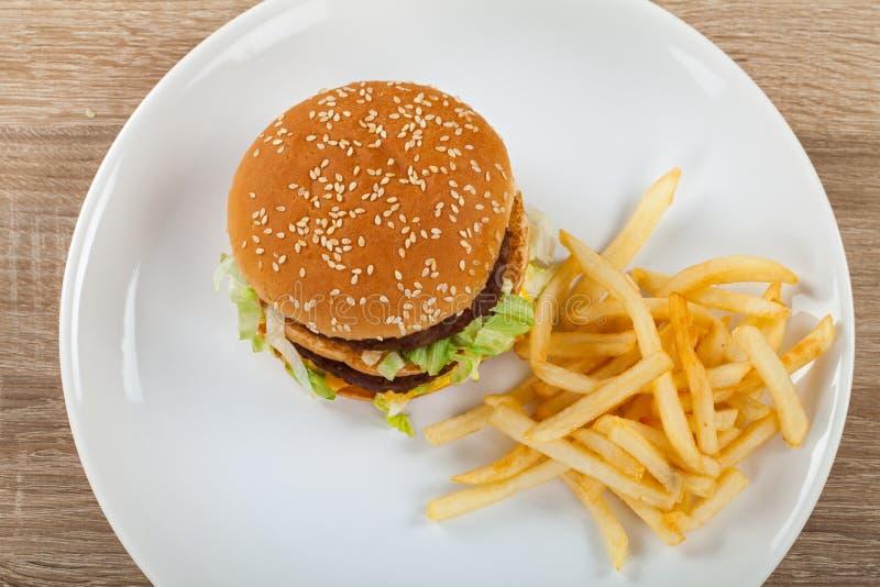 Cheeseburger met gebraden gerechtencombo stock afbeeldingen