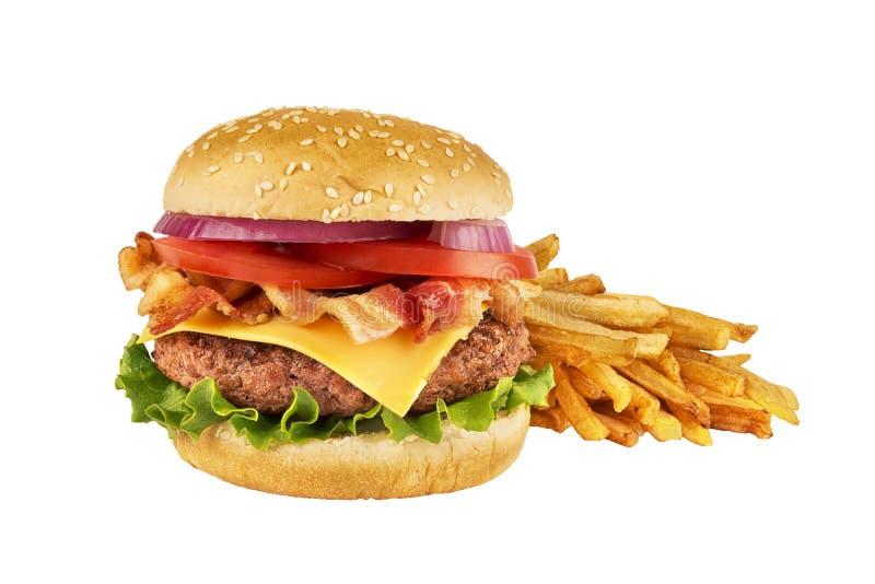 Cheeseburger mit dem Rindfleischpastetchen, Speck und Pommes-Frites, lokalisiert auf Weiß stockbild