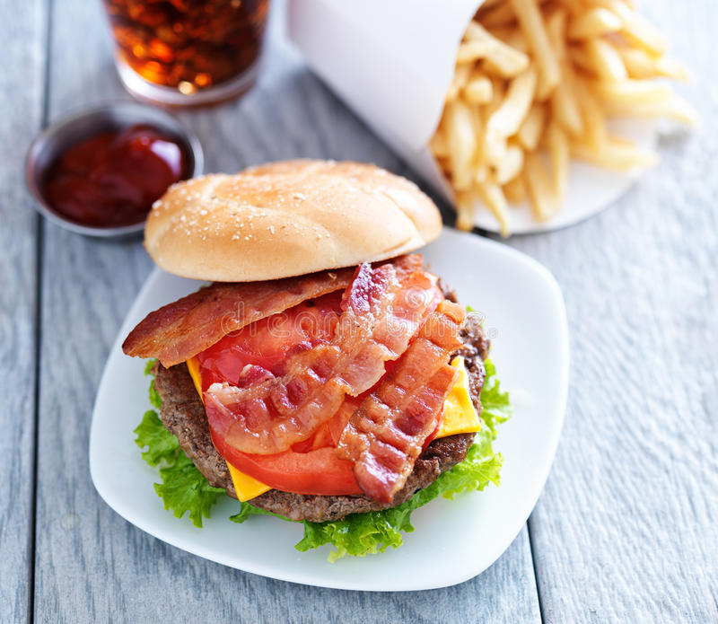 Cheeseburger mit Speck lizenzfreie stockfotografie