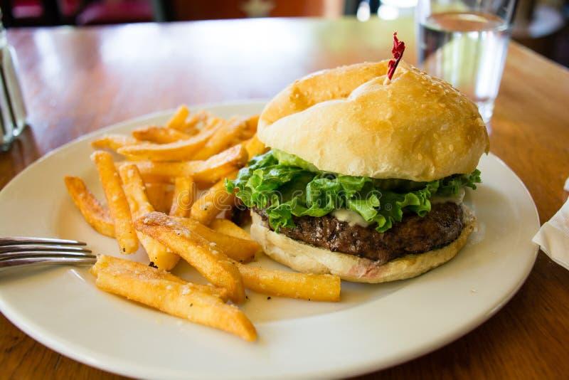 Cheeseburger picante do Guacamole imagem de stock