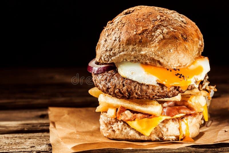 Cheeseburger savoureux d'oeufs et de lard photos stock