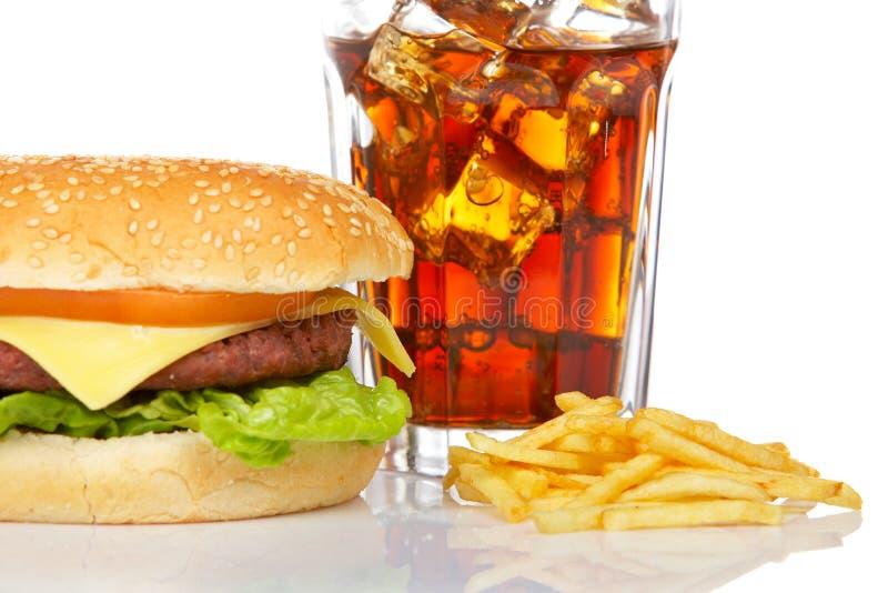 Cheeseburger, soda e patate fritte immagini stock