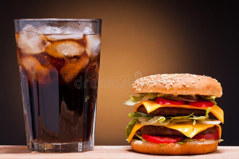 Cheeseburger und Kolabaum stockbild