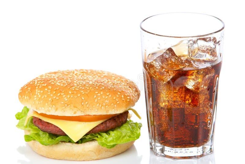 cheeseburgerexponeringsglassodavatten royaltyfria foton