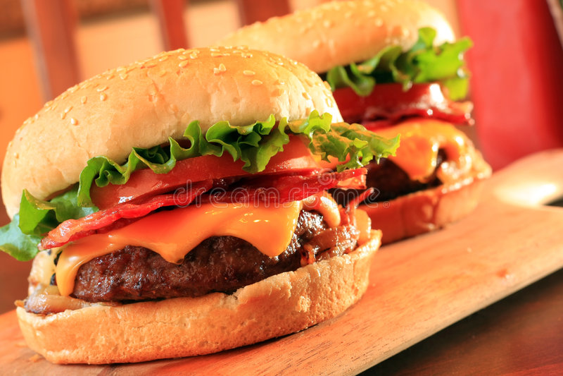 cheeseburgers μπέϊκον στοκ εικόνα