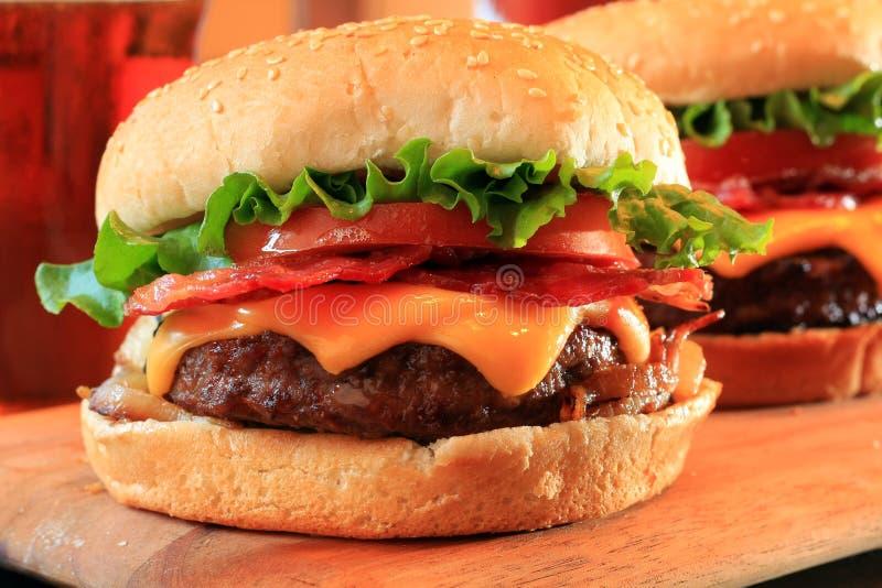 cheeseburgers бекона стоковые изображения rf