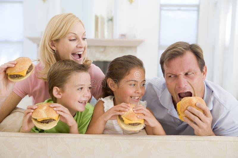 cheeseburgers som tillsammans äter familjen arkivfoto