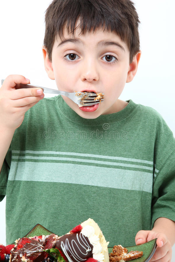 cheesecake αγοριών κατανάλωση στοκ φωτογραφία