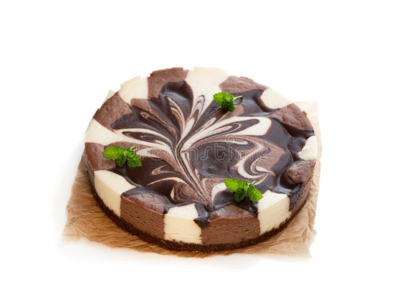 Cheesecake βανίλιας και σοκολάτας που διακοσμείται τη σκοτεινή σοκολάτα που απομονώνεται με στο λευκό στοκ φωτογραφίες με δικαίωμα ελεύθερης χρήσης