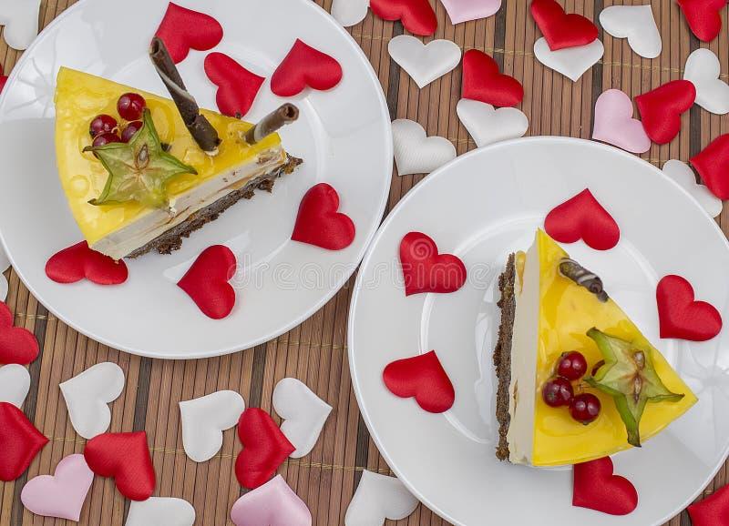 Cheesecake βαλεντίνων ` s με τις καρδιές στοκ εικόνα