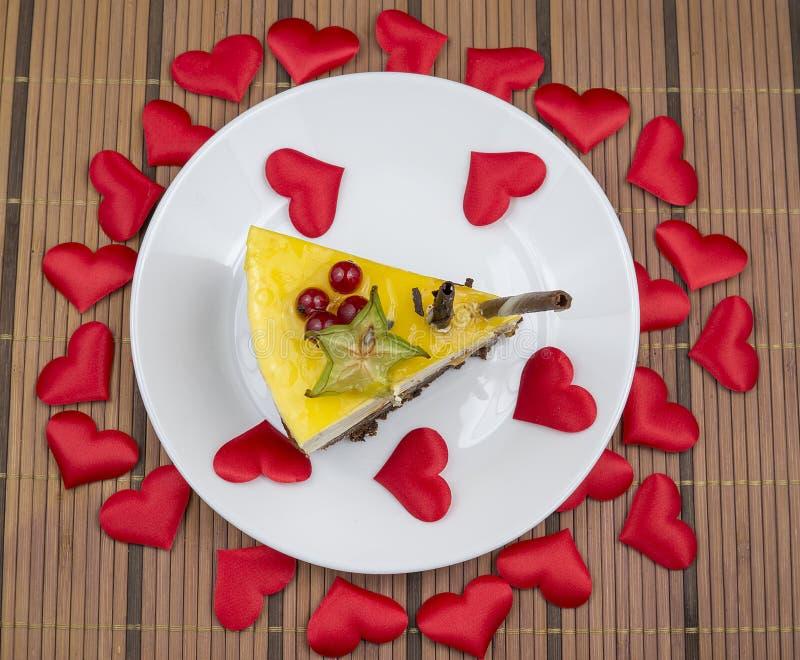 Cheesecake βαλεντίνων ` s με τις καρδιές στοκ εικόνες