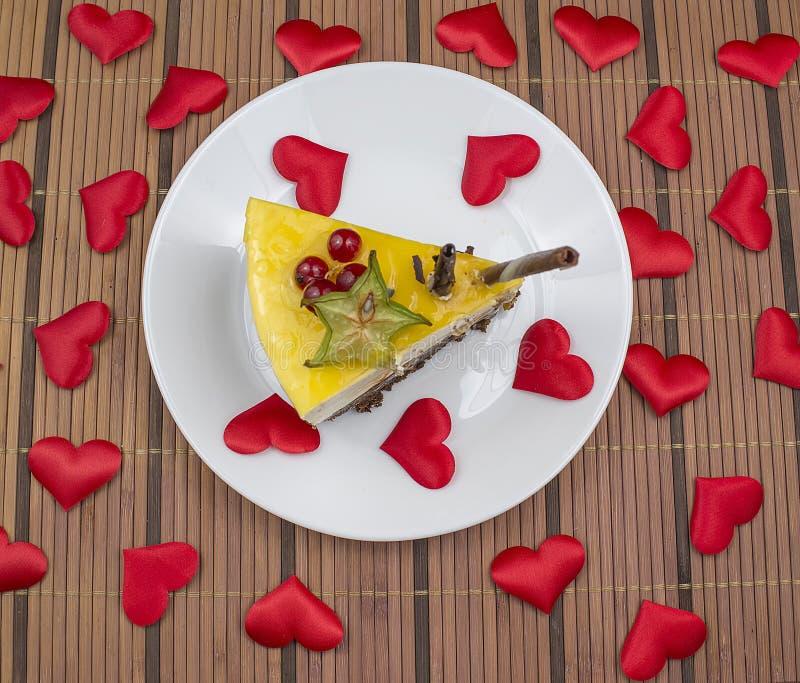 Cheesecake βαλεντίνων ` s με τις καρδιές στοκ εικόνα με δικαίωμα ελεύθερης χρήσης