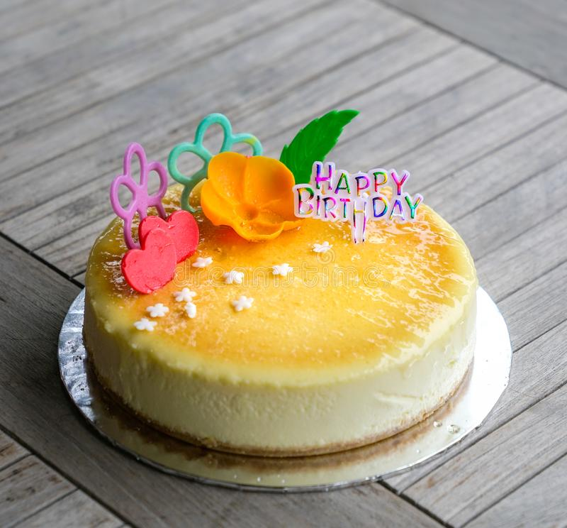 Cheesecake για τα γενέθλια στοκ φωτογραφία