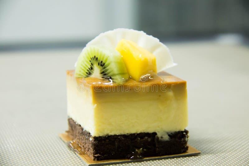 Cheesecake καραμέλας με τους νωπούς καρπούς στοκ εικόνες με δικαίωμα ελεύθερης χρήσης