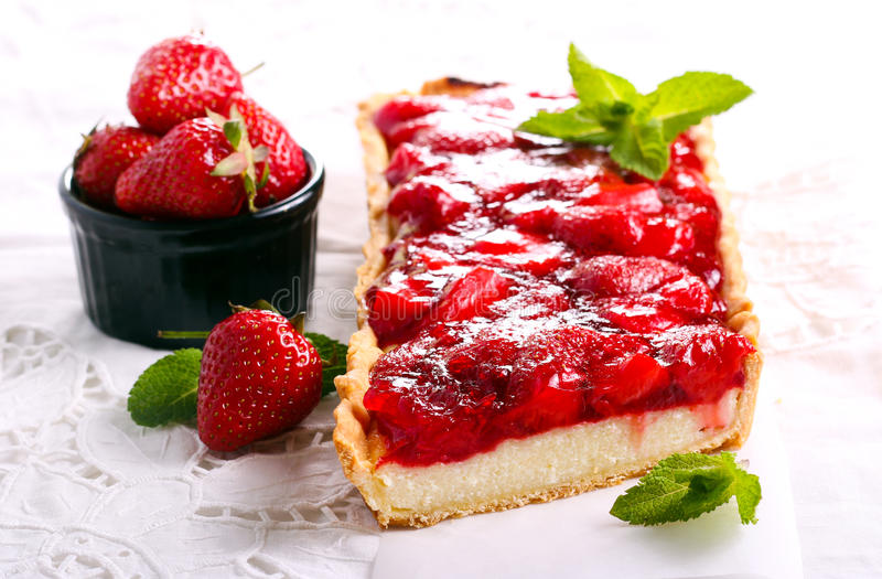 Cheesecake καλύμματος ζελατίνας φραουλών ξινό στοκ εικόνα με δικαίωμα ελεύθερης χρήσης