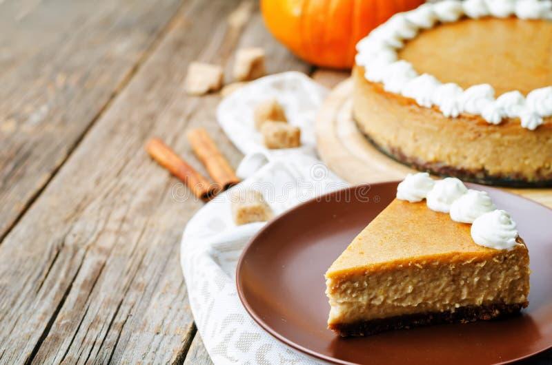 Cheesecake κολοκύθας που διακοσμείται με την κτυπημένη κρέμα στοκ εικόνες